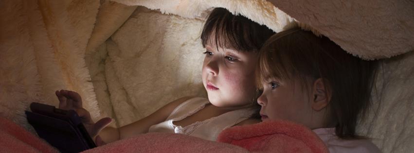 Дети вместо сна играют в планшет под одеялом